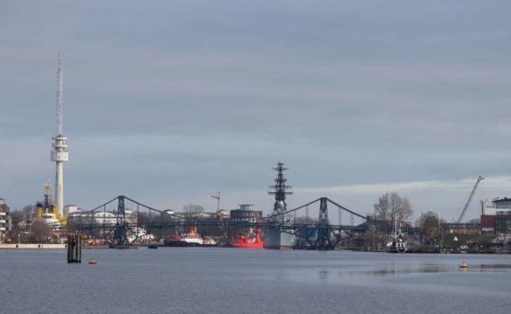 Großer Hafen mit Kaiser-Wilhelm-Brücke von Jadeallee aus gesehen, Wilhelmshaven, 2019