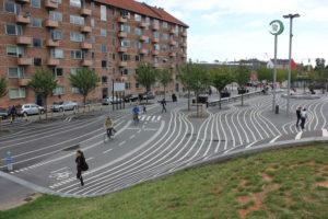 Mimersparken in Kopenhagen: Klare Radverkehrsführung auf einem Platz mit gemischten Fuß- und Radverkehren