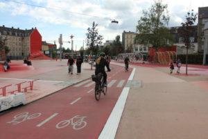 Den Roede Plats in Kopenhagen: Leistungsfähige Radmagistrale mit Aufenthaltsbereichen und Spielplatz.