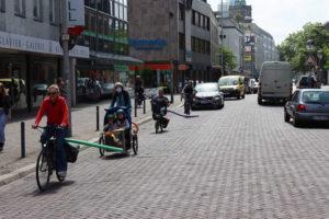Schmiedestraße: Autos sind auf Abstand...
