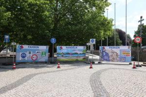 Mit neuen Großleinwänden wirbt die Stadt für den Radverkehr. Etwas deplatziert wirkt das Schild ganz rechts...
