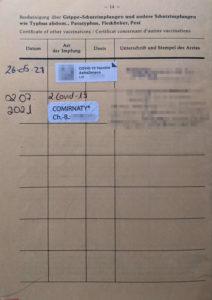 Covid-19-Impfbestätigungen des Autors in seinem Impfpass von 1972. Die Seitenüberschrift erwähnt Typhus, Fleckfieber oder Pest. Covid war damals unbekannt...